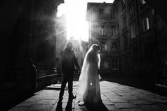 Jonggehuwdepaar die zich in straat, Mooie blondebruid in wh bevinden Stock Foto's