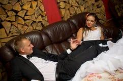 Jonggehuwdepaar het ontspannen Stock Foto's