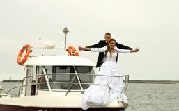 Jonggehuwdepaar op boot Stock Foto's
