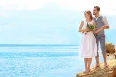 Jonggehuwdepaar status Royalty-vrije Stock Afbeeldingen