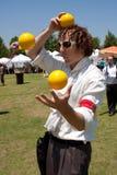 Jonglören underhåller på den utomhus- konstfestivalen royaltyfri foto
