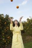 jonglera apelsiner Arkivfoto