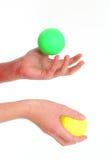 jonglera för 2 bollar Arkivbild