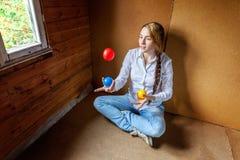 Jonglera för ung kvinna arkivfoto