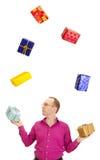 Jonglera med några färgrika gåvor Royaltyfri Foto