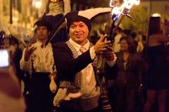 Jongleur du feu dans un défilé de rue Photographie stock
