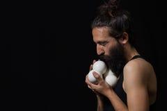 Jongleur heureux de cirque embrassant ses boules de jonglerie Photos stock