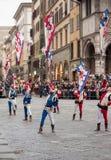 Jongleure mit Flaggen führt in Florenz durch Stockbilder