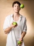 Jonglieren mit Äpfeln Stockfoto