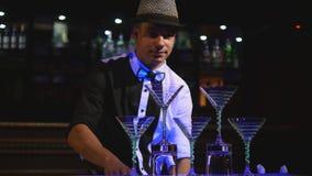 Jonglierende Flaschen des männlichen Barmixers Kellnershow, klare Schüsse, bemannen Berufsbarmixer Abschluss oben lizenzfreie stockbilder