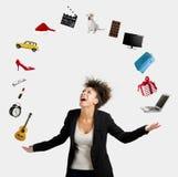 Jonglierende Gegenstände der afroen-amerikanisch Frau Lizenzfreies Stockfoto