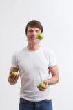 Jonglierende grüne Äpfel Lizenzfreies Stockfoto