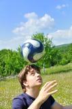 Jonglierende Kugel des Fußballspielers Stockfotografie