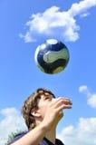 Jonglierende Kugel des Fußballspielers Stockbild