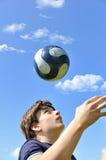 Jonglierende Kugel des Fußballspielers Stockfotos