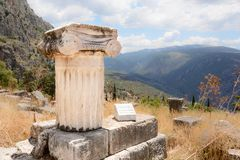 Jonisk colum i Delfi, Grekland Arkivbilder