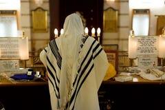 Jood die in een synagoge bidden stock fotografie