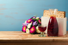 Joods de vieringsconcept van Pesah van de Paschavakantie met matzoh, wijn en bloemen over blauwe retro achtergrond Stock Foto's