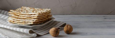 Joods Matzah-brood met wijn voor Paschavakantie Royalty-vrije Stock Afbeeldingen