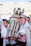 Joods met Torah, oude rollen stock foto
