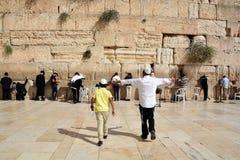 Joodse hasidic bidt de Westelijke Muur Stock Afbeeldingen