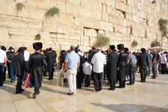 Joodse hasidic bidt de Westelijke Muur Stock Foto