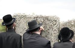 Joodse Joden, judaism, hasidim, gebed, rug, erachter stock fotografie