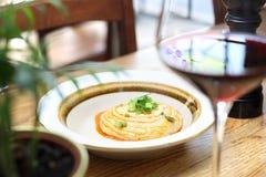 Joodse keuken - kikkererwtendeeg en geroosterde ui royalty-vrije stock afbeelding