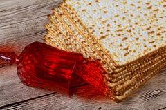 Joodse kosjer matzo voor Pascha een houten lijst Stock Foto