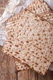 Joodse kosjer matzo voor Paschamacro op een houten lijst Vertic Stock Foto