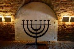 Joodse menorah bij de Plechtige Zaal en het Centrale Lijkenhuis van het vroegere Joodse Getto bij de Tsjechische Republiek van Te stock afbeelding