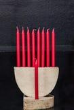 Joodse menorah, rode kaarsen op zwarte achtergrond, Gelukkige Chanoeka Royalty-vrije Stock Afbeeldingen