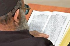 Joodse mens die in de westelijke muur van Jeruzalem bidt Stock Foto