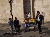 Joodse mens op cel telefoon en broodverkoper in Jeruzalem Stock Fotografie