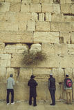 Joodse mensen die bij de heilige Loeiende Muur, Westelijke Muur, Jer bidden Stock Fotografie