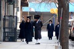 Joodse Newyorkers in traditionele kleding royalty-vrije stock foto's