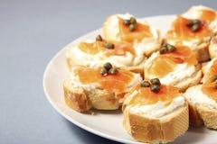Joodse sandwiches met zalm en capparis Royalty-vrije Stock Foto