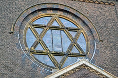Joodse ster op uitstekende kerk, de details van de steenmuur, stock afbeeldingen
