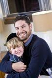 Joodse vader en jonge zoon die yarmulkes dragen stock fotografie