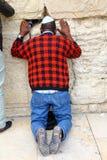 Joodse worshiper bidt bij de Loeiende Muur Stock Afbeelding