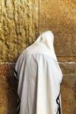 Joodse worshiper bidt bij de Loeiende Muur Royalty-vrije Stock Fotografie