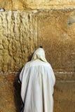 Joodse worshiper bidt bij de Loeiende Muur Royalty-vrije Stock Afbeeldingen