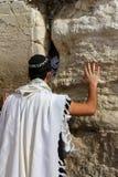 Joodse worshiper bidt bij de Loeiende Muur een belangrijke Joodse godsdienstige plaats in Jeruzalem, Israël. Stock Foto