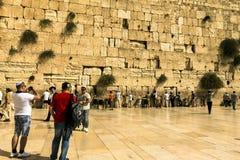 Joodse worshipers bidden bij de Loeiende Muur een belangrijke Joodse godsdienstige plaats Stock Foto's