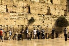 Joodse worshipers bidden bij de Loeiende Muur een belangrijke Joodse godsdienstige plaats Royalty-vrije Stock Foto's