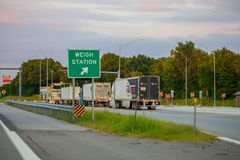 JOPLIN, МИССУРИ, США - весьте контрольно-пропускной пункт станции на межгосударственном I стоковая фотография rf