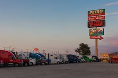 JOPLIN MISSOURI - JULI, 8 2018 - Joplin 44 Petro truckstop med Arkivbilder