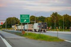 JOPLIN, MISSOURI, U.S.A. - pesi il controllo della stazione sulla I da uno stato all'altro fotografia stock libera da diritti