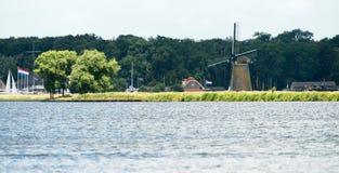 Joppe sjön med väderkvarnen i sommartid Royaltyfri Foto