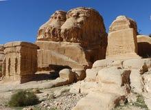 Jordânia, blocos do gênio em Bab al-Siq, 'porta em Siq@ imagens de stock
